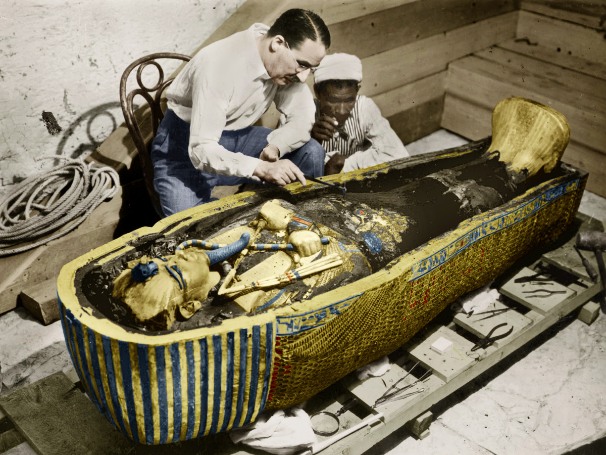 Howard Carter (1873-1939) english egyptologist near golden sarcophagus of Tutankhamon (mummy) in Egypt in 1922 (photo Harry Burton) colorized document  (Photo by Apic/Getty Images)